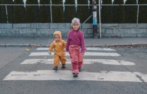 Foto av barn som går over veien